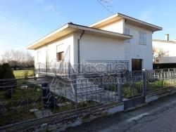 Villa in Vendita a Rovigo, zona FRAZIONI-PERIFERIA, 135'000€, 150 m², con Box