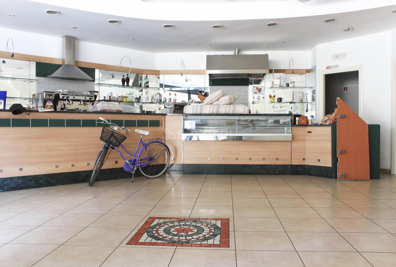 Fondo/negozio - 2 vetrine/luci a Cisterna di Latina Rif. 10085201