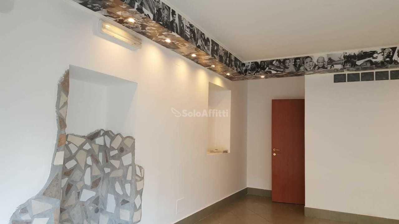 Fondo/negozio - 1 vetrina/luce a Ladispoli Rif. 11072708
