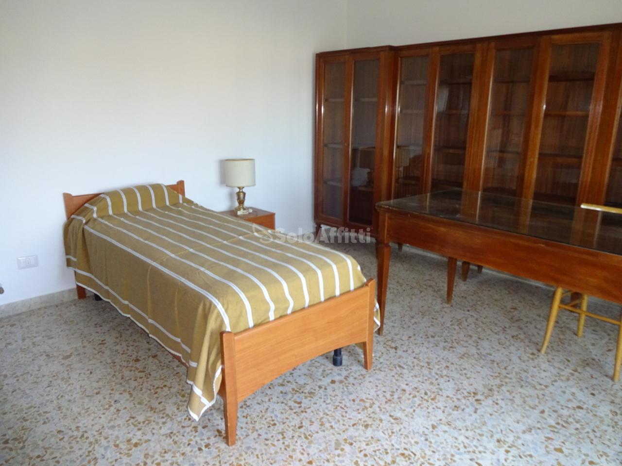 Stanza / posto letto in buone condizioni arredato in affitto Rif. 12233204