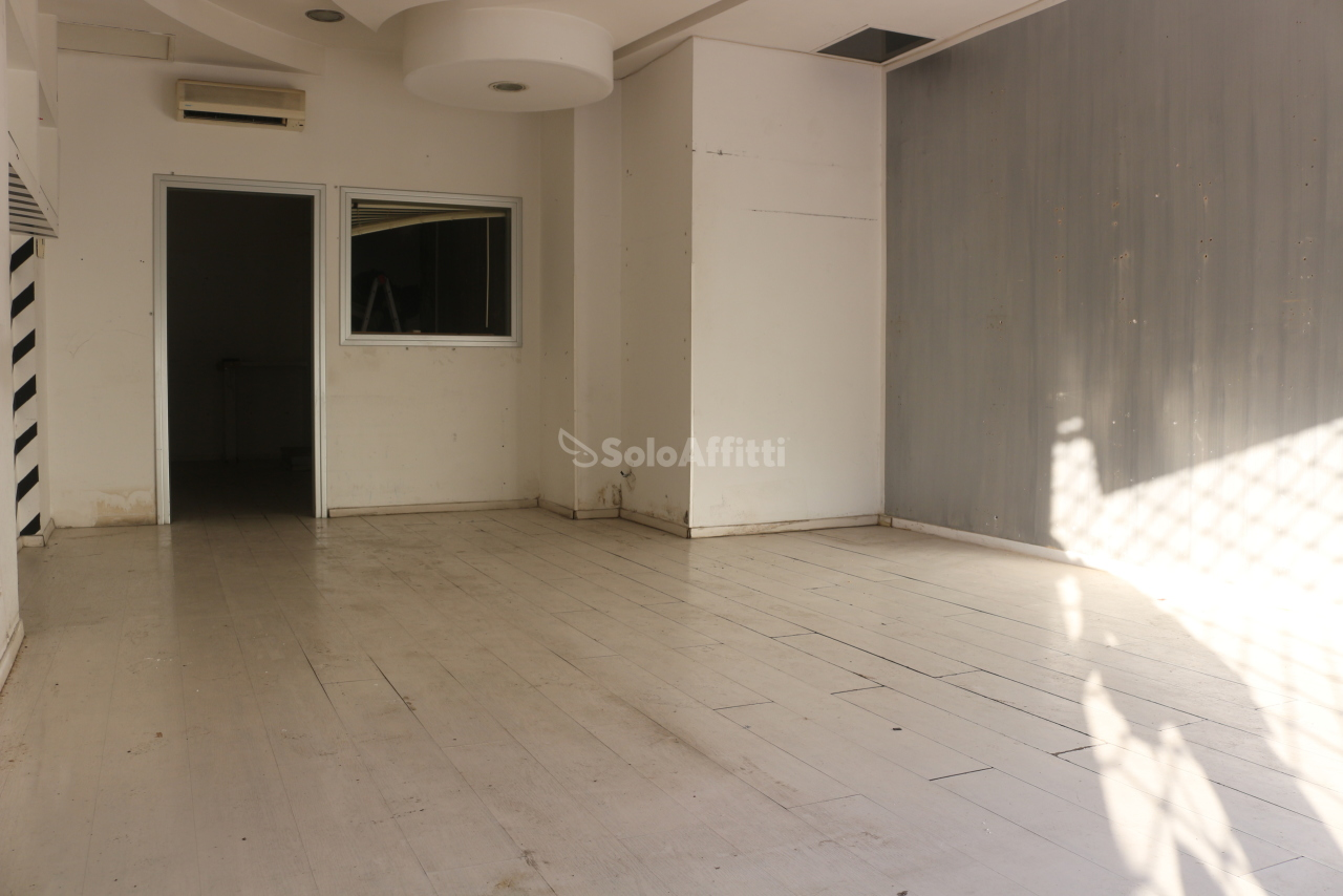 Fondo/negozio - 1 vetrina/luce a Latina Rif. 10573233