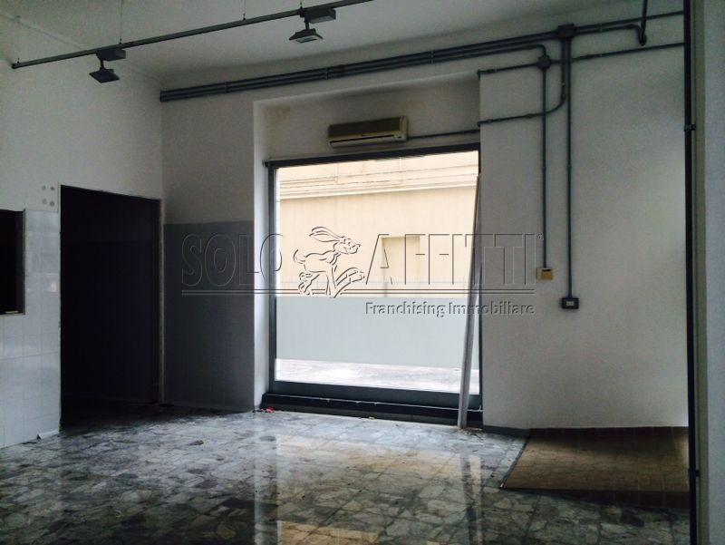Fondo/negozio - 4 vetrine/luci a Via Nicola Fabrizi, Pescara