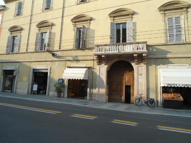 Commerciale - Una vetrina a Parma Centro, Parma