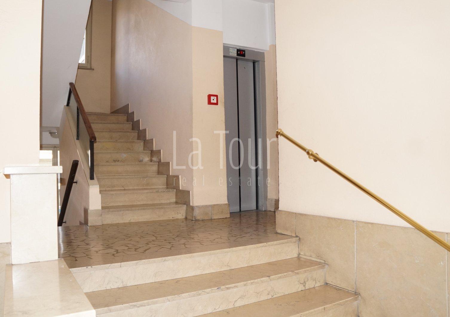 particolare del vano scale con ascensore