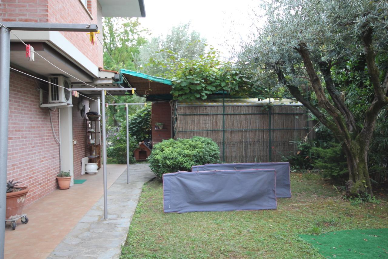 Villa divisa in due unità Lucca S. Anna IA03423 img 16