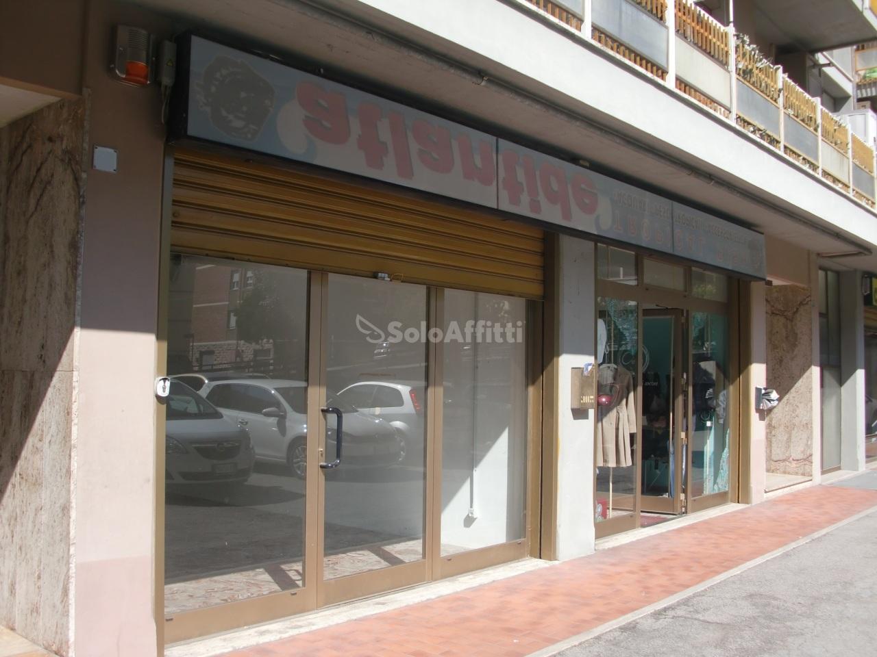 Fondo/negozio - 1 vetrina/luce a San Sisto, Perugia