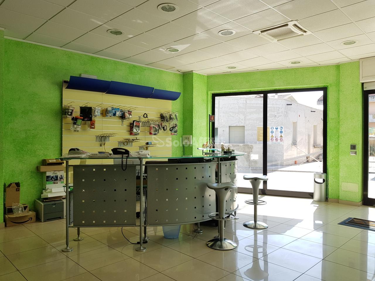 Fondo/negozio - 5 vetrine/luci a Santa Filomena, Montesilvano Rif. 6446397