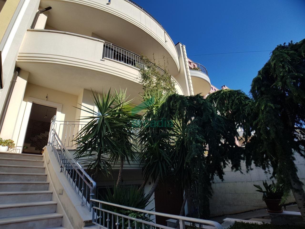 Villa in vendita a Grumo Appula, 12 locali, prezzo € 550.000   CambioCasa.it