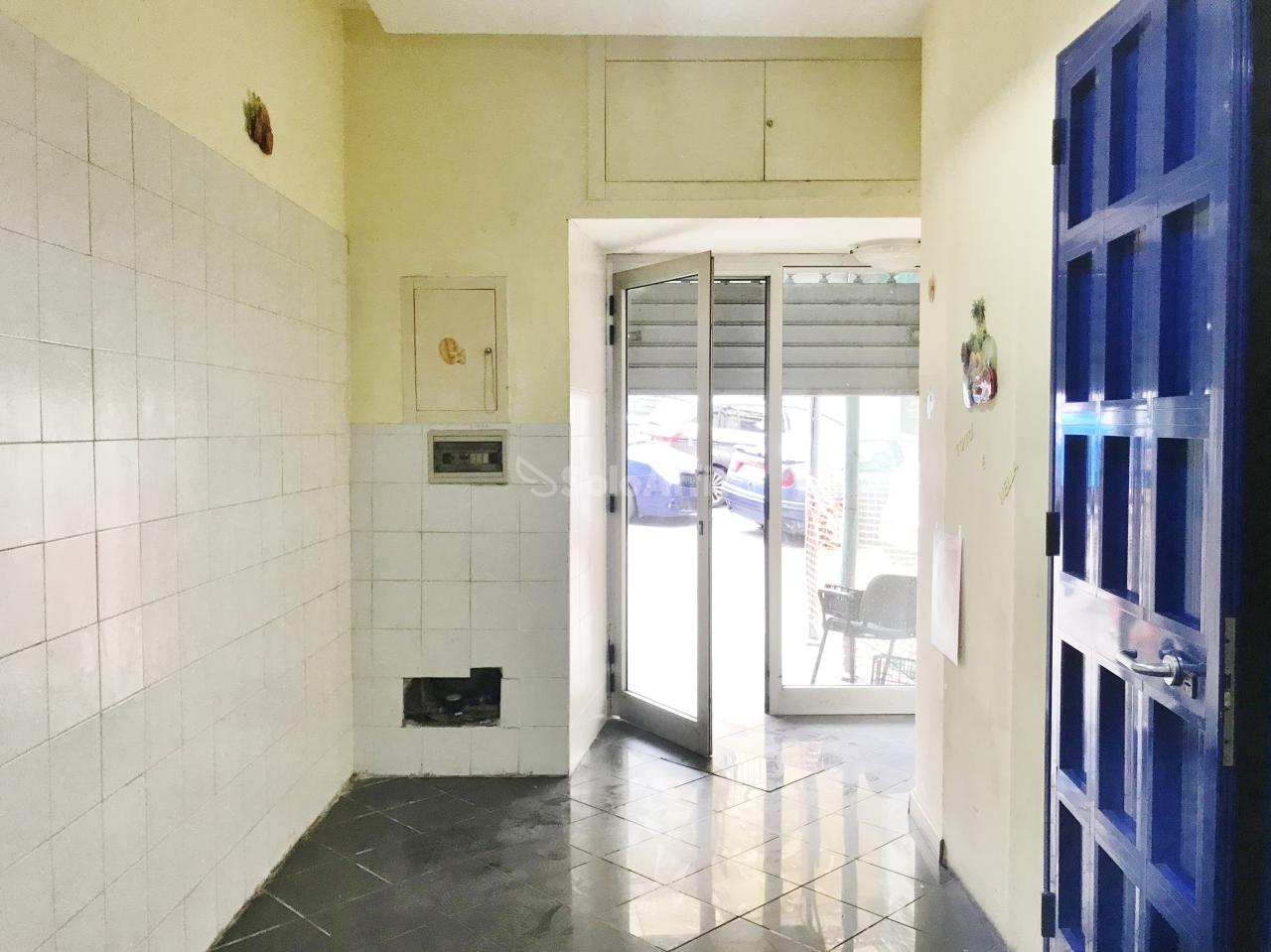 Fondo/negozio - 1 vetrina/luce a Centro storico, Catanzaro Rif. 10176136