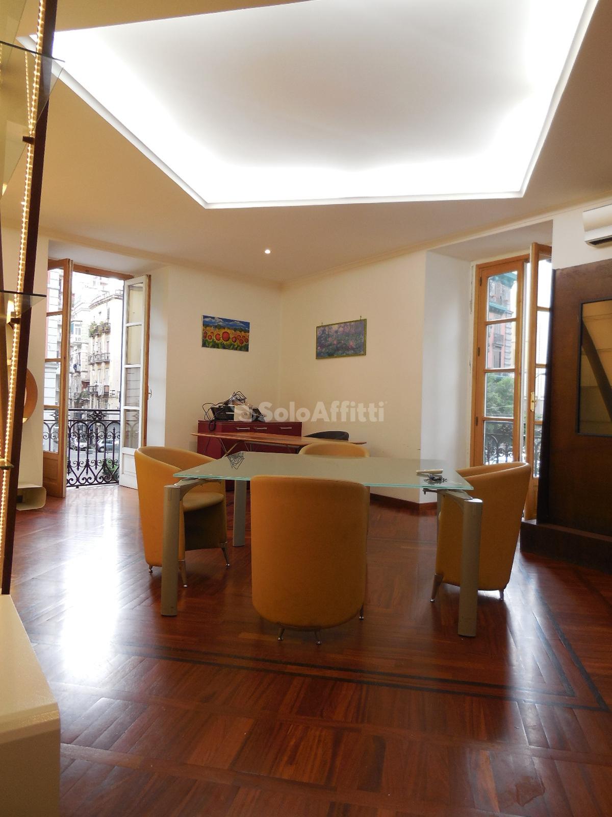 Immobili in affitto napoli san giuseppe case uffici e for Ufficio arredato