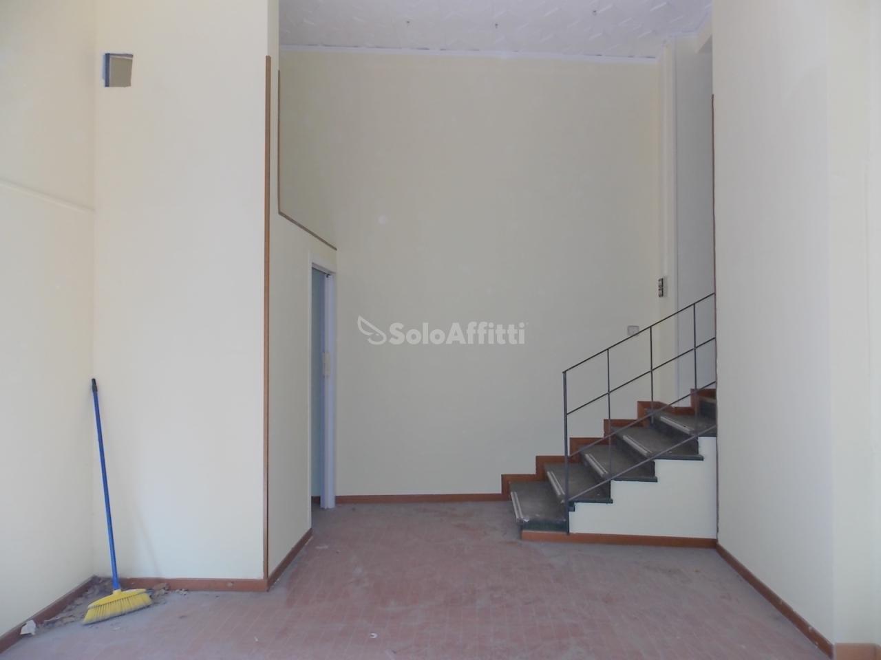 Fondo/negozio - 1 vetrina/luce a Giardini, Catanzaro Rif. 4133846