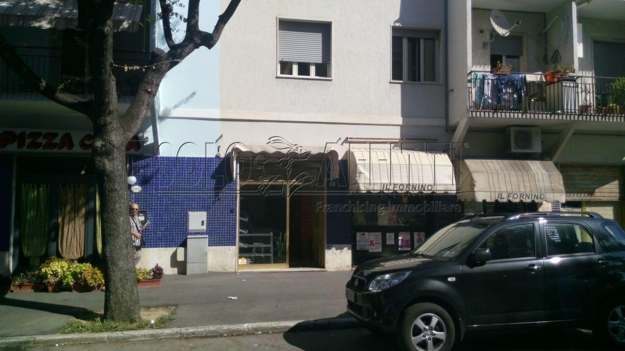 Fondo/negozio - 1 vetrina/luce a Semicentro, Grosseto