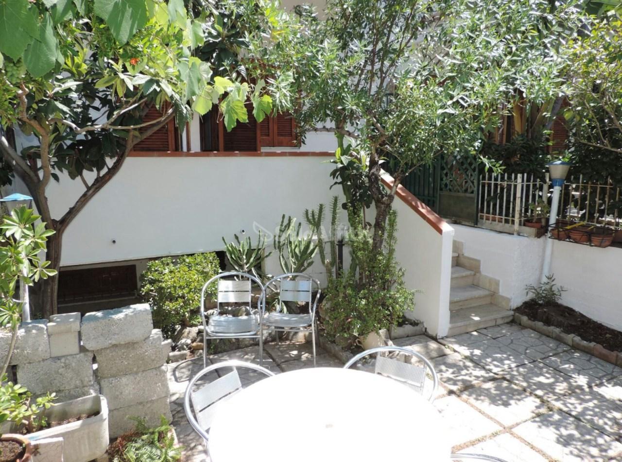 Villetta a schiera in buone condizioni arredato in affitto Rif. 4132857