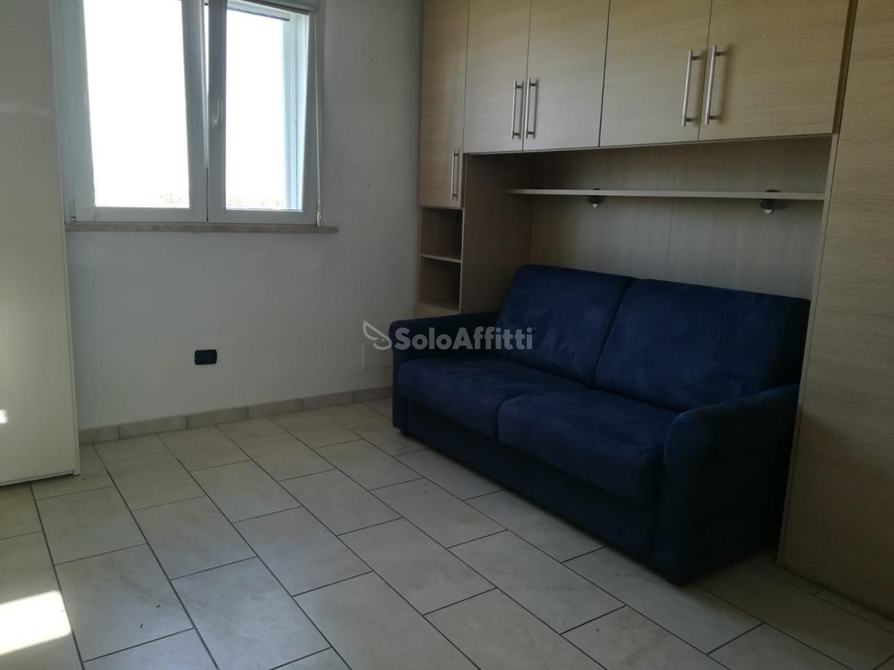 Monolocale in buone condizioni arredato in affitto Rif. 11131702