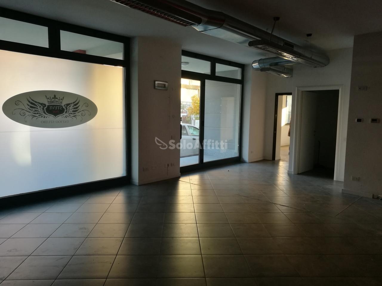 Fondo/negozio - 2 vetrine/luci a Caronno Pertusella