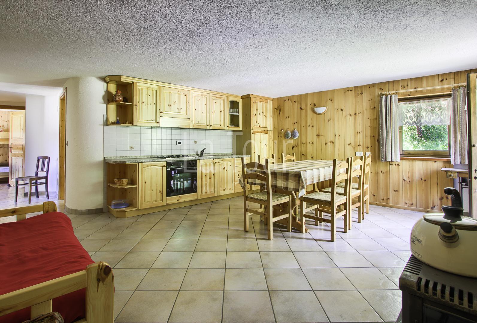la cucina sullo sfondo