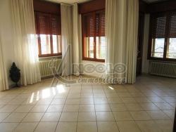 Appartamento in Vendita a Rovigo, zona CENTRO-QUARTIERI , 85'000€, 100 m², con Box