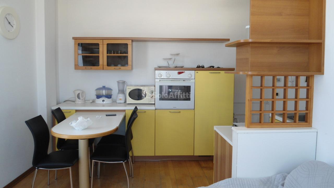 Bilocale in buone condizioni arredato in affitto Rif. 9085080