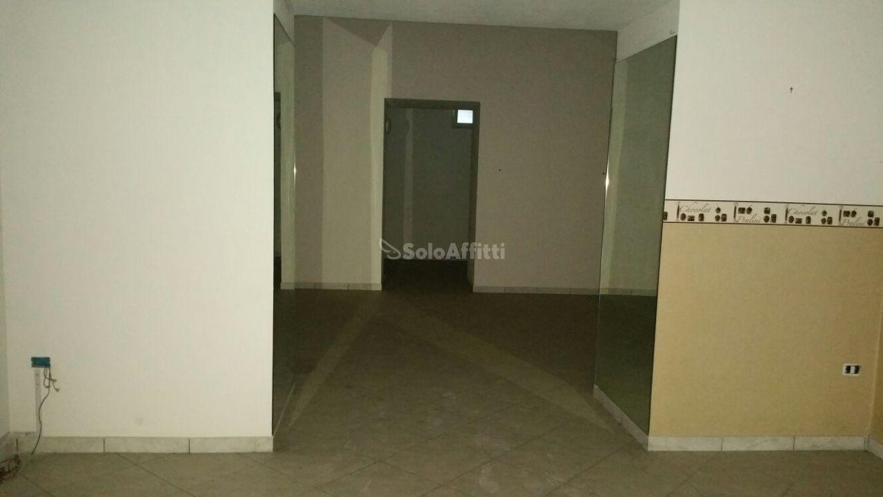 Fondo/negozio - 1 vetrina/luce a Centro, Caserta