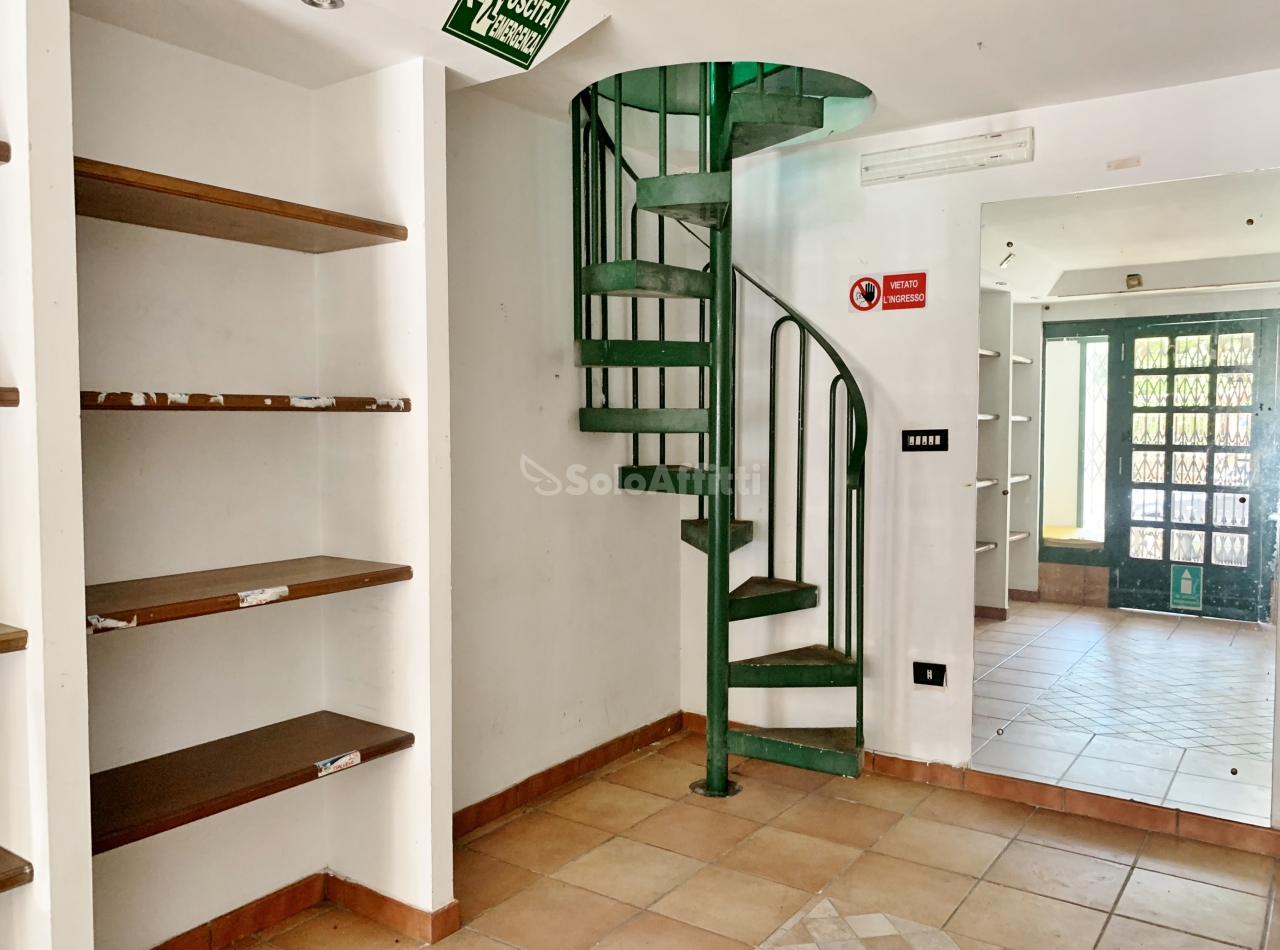 Fondo/negozio - 2 vetrine/luci a Centro, Catanzaro Rif. 10756331