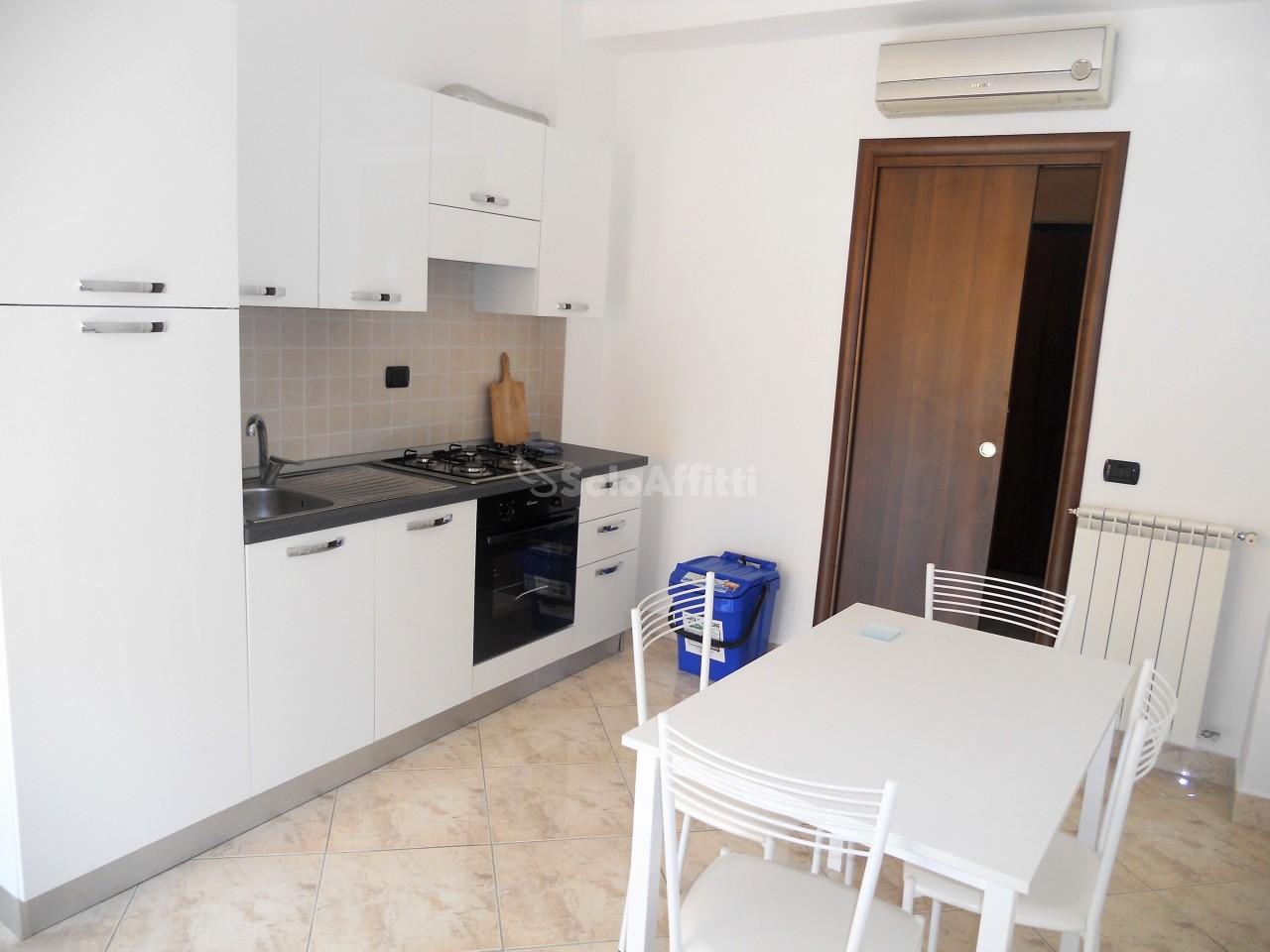 Trilocale in buone condizioni arredato in affitto Rif. 10090659