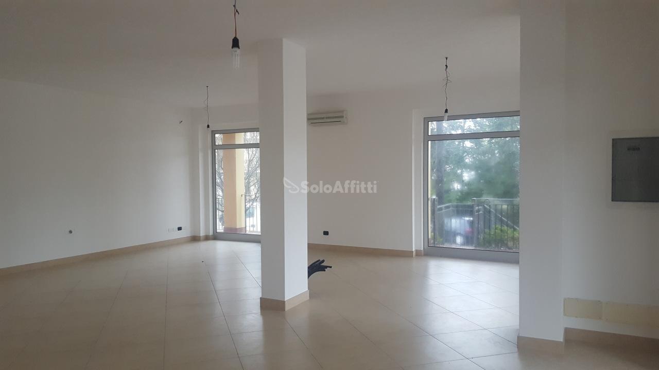 Fondo/negozio - 4 vetrine/luci a Montefano Rif. 4135397
