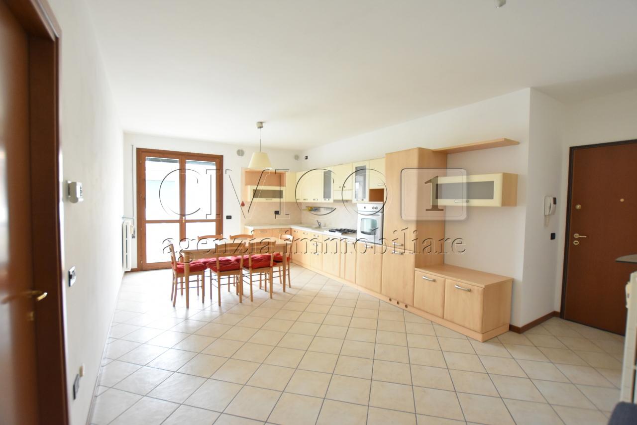 Appartamento in buone condizioni arredato in affitto Rif. 8633176