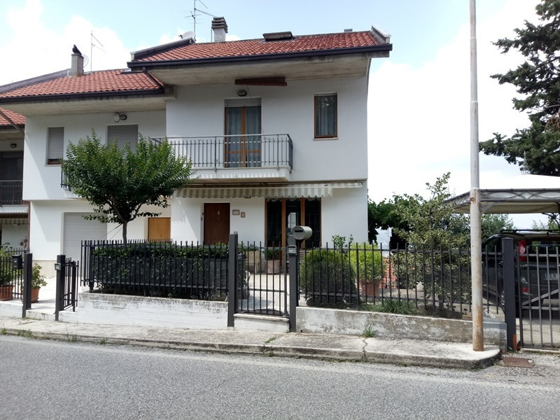Villetta a schiera in buone condizioni arredato in vendita Rif. 7372630