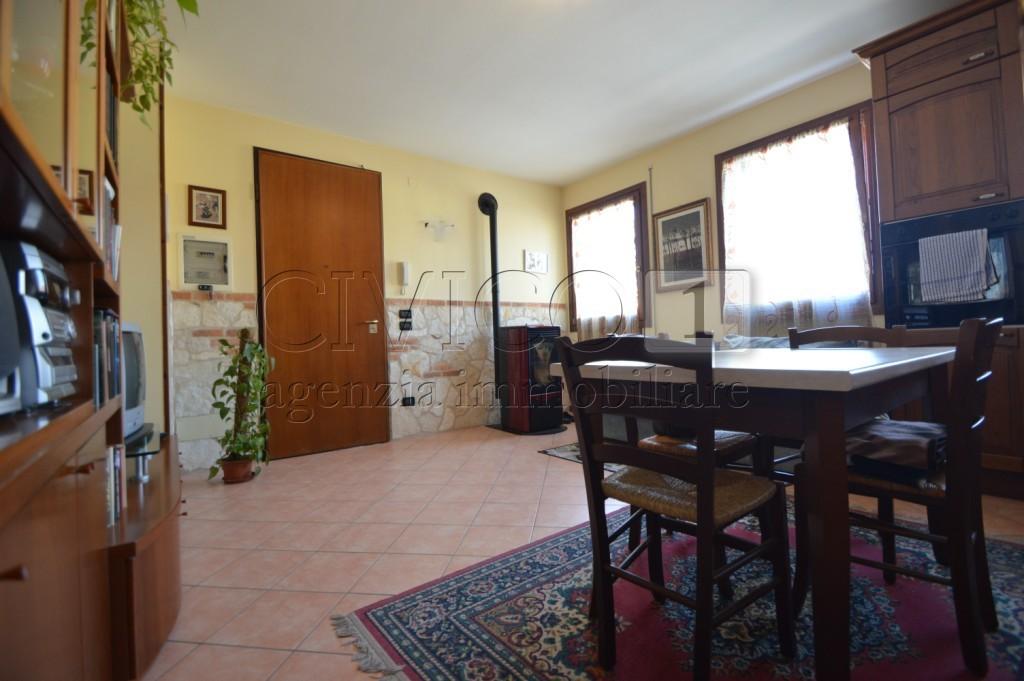 Appartamento in buone condizioni in vendita Rif. 8335604