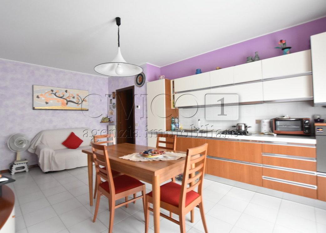 Appartamento in buone condizioni in affitto Rif. 8558667