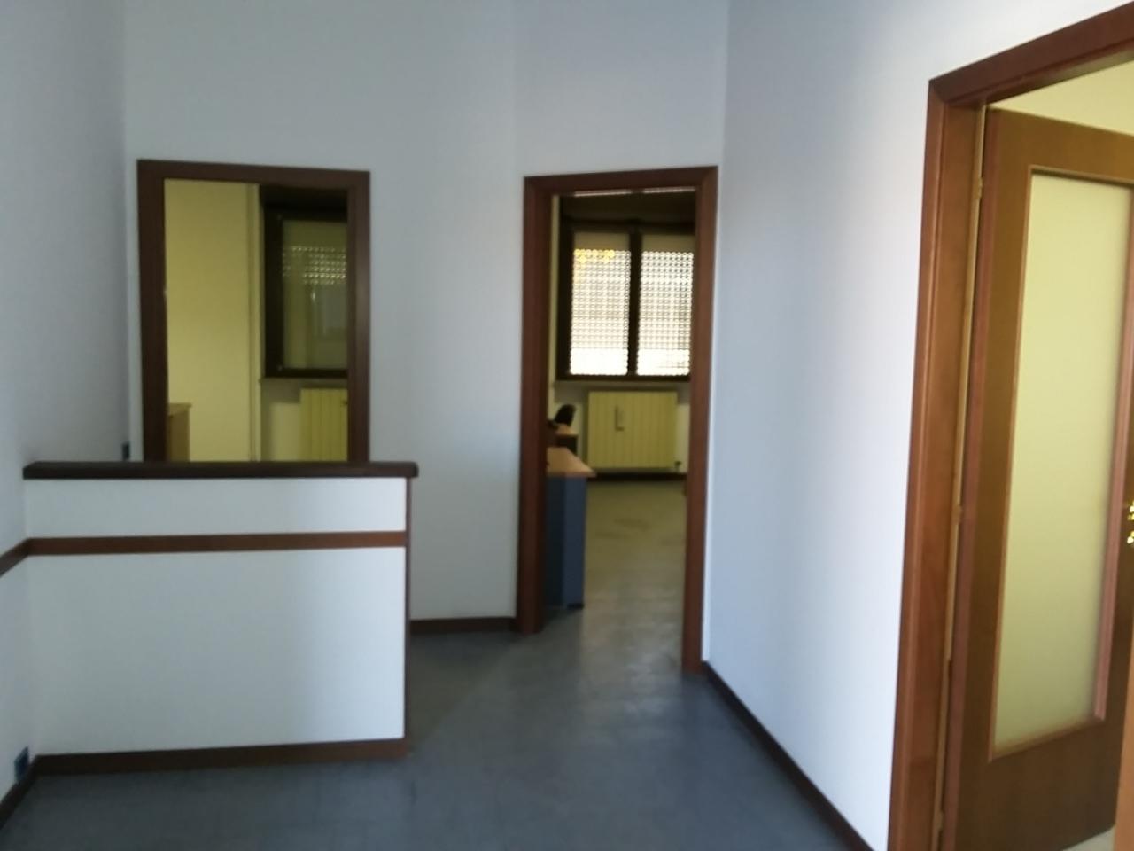 Ufficio / Studio in affitto a Somma Lombardo, 4 locali, prezzo € 600 | PortaleAgenzieImmobiliari.it