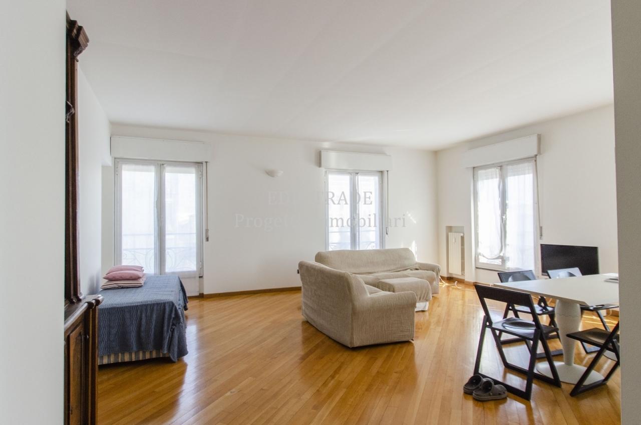 Appartamento in affitto a Milano, 3 locali, prezzo € 2.500 | CambioCasa.it