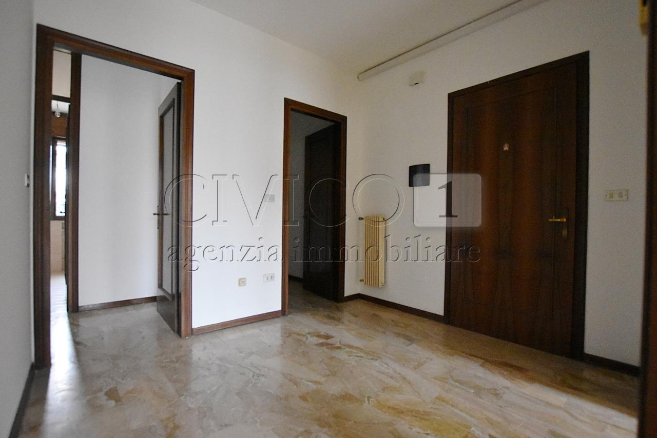 Appartamento in buone condizioni in affitto Rif. 8801781